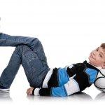 Celana jeans sepertinya sudah menjadi salah satu ikon fashion wajib bagi anak laki-laki karena selain kuat, celana jeans cocok dikenakan di berbagai acara. Berikut BP Guide rekomendasikan beberapa pilihan celana jeans anak laki-laki yang bisa dipilih orang tua.