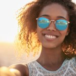 Kacamata sunglasses kini tak lagi hanya dicari untuk fungsinya saja. Jenis kacamata yang satu ini sudah diincar karena fungsi lainnya yang dapat menunjang penampilan.Lihat saja penampilan penuh gaya para selebriti, pastinya tak jauh-jauh dari kacamata sunglasses dengan desain yang sangat keren, bukan? Nah sekarang ayo kita melirik kacamata sunglasses terbaru, siapa tahu kamu kepincut salah satunya.