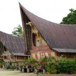 Pesona Indonesia tidak pernah habis untuk dinikmati. Namun bukan hanya Bali yang menyimpan serpihan surga di negeri ini, Sumatera Utara pun menjadi bagian dari indahnya alam Indonesia yang wajib dinikmati. Ada 10 rekomendasi destinasi wisata saat kamu berlibur di Sumatera Utara. Mari, simak lebih lanjut !