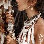 Perhiasan handmade bisa menjadikan Anda tampil dengan nuansa yang berbeda. Lebih eksotis dan lebih kental akan budaya lokal. Tidak hanya itu, produk handmade juga terlihat berbeda, menjadikan Anda mampu tampil lebih keren dengan paduan yang tepat pastinya.