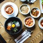 Kalau kamu penggemar K-Pop atau drama Korea, pasti sudah tidak asing lagi dengan berbagai kuliner Korea yang menggiurkan. Kelezatan masakan Korea memang sangat menggoda di lidah. Untuk mencicipinya, kamu nggak harus pergi jauh-jauh ke Korea. Kunjungi saja restoran Korea yang ada di Indonesia. Tapi sebelum itu, simak dulu rekomendasi makanan Korea terpopuler di Indonesia versi BP-Guide.
