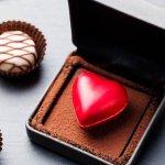 Hoa và chocolate là hai món quà điển hình trong ngày Valentine. Dù luôn được tặng trong ngày này nhưng lạ thay nó lại không bao giờ làm người nhận không hết hứng thú. Vì vậy mà Valentine nào các cặp đôi cũng nên chuẩn bị dành tặng nhau một hộp chocolate đặc biệt. Tuy nhiên hiện nay có rất nhiều thương hiệu chocolate khác nhau khiến người mua loay hoay không biết nên chọn như thế nào. Đừng lo, với những gợi ý dưới đây, bạn sẽ dễ dàng chọn mua được hộp quà chocolate ý nghĩa dành tặng nửa kia đấy!
