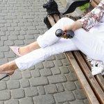 10+ Gaya Tampil Keren Dengan Celana Jeans Putih Favorit