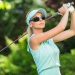 現在ランニングやテニス、ゴルフなどのスポーツが女性に人気の趣味となっています。そこでプレゼントに最適な女性向けスポーツサングラスについて、徹底調査してまとめました。喜ばれる理由は?選び方は?平均相場は?人気のブランドは?これらの疑問にお答えします。偏光レンズは乱反射する光をさえぎり目的のものをしっかりと見ることができます。偏光の度合いは数値に表されていますので、商品を選ぶ際に確認すべき点です。こちらでは、女性に人気のスポーツサングラスのブランドを【2020年版】ランキング形式でご紹介させて頂きますので、是非ご参考にしてください。