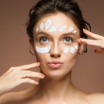 Bare face adalah tantangan yang sudah tak asing lagi. Sebelum kamu melakukan tantangan tanpa make up atau wajah polos ini, pastikan kulit wajah sudah cukup sehat dan kenyal. Sehingga tantangan ini bisa kamu lakukan dengan senang hati. Untuk itu, gunakan salah satu dari rekomendasi pelembap wajah ini agar wajah semakin sehat dan glowing.