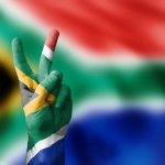 Siapa yang tidak ingin jalan-jalan ke Afrika Selatan? Negeri yang eksotis dan punya banyak tempat tujuan wisata ini memang pantas didatangi. Tapi, jangan lupa untuk membawa oleh-oleh bagi sahabat dan kerabat di tanah air ya.