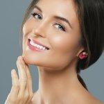 Tampilan makeup glowing juga saat ini banyak diminati terutama oleh mereka yang memiliki kulit wajah yang cenderung kering. Untuk mendapatkan tampilan makeup yang glowing, kamu bisa simak tips dan rekomendasi produk makeup yang tepat dari BP-Guide berikut ini!