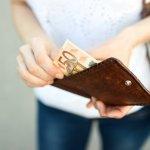 高級感があり携帯性にも優れている革製のレディース二つ折り財布は、たくさんの女性から選ばれています。今回は、編集部がwebアンケート調査などのデータをもとにして選んだ、おすすめのブランドを一挙にご紹介します。人気ブランドのランキングや選び方のポイント、予算・相場情報もチェックして、素敵なレザー製二つ折り財布を探してください。
