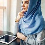 Pada masa silam, Muslimah identik dengan kesan tertutup, kurang trendi, dan tidak modis. Padahal, menjadi Muslimah dengan hijab dan busana panjang menutup aurat bukan berarti tidak mengerti fashion. Hanya saja, menyesuaikan hijab tidak bisa dengan sembarang pakaian.