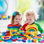 赤ちゃん時代の名残も少なくなる2歳の誕生日のプレゼントには、お子さまのいっそうの成長を促してくれる知育玩具が人気です。そこで今回は2歳のお子さまにぴったりの品を集め、2019年最新版の知育玩具特集を作りました。お子さまに大人気のアンパンマンのパソコン型おもちゃや、知性と体力の両方を伸ばしてくれるビッグサイズのブロックなど、お子さまの笑顔を誘う12の品々をご紹介します。