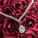 18金ダイヤネックレスは女性が貰って嬉しいプレゼントのひとつで、特にシンプルで品の良いアイテムは、デコルテを美しく見せてくれると人気があります。そこで今回は2019年最新の情報で、プレゼントに人気のティファニーなど、おしゃれで可愛い18金ダイヤネックレスをご紹介します。喜んでもらえるネックレス選びの参考にぜひご覧ください。
