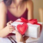 ある程度長く付き合った旦那さんには、落ち着いた誕生日プレゼントを贈りたいですよね。しかし、毎日一緒にいて仲が良くても、誕生日プレゼント選びはとても難しいと感じてしまう人も多いです。今回は30代の旦那さんに贈りたい、とっておきのプレゼントのアイデアをご紹介します。選りすぐりのプレゼントがたくさんありますので、ぜひ参考にしてみてください。