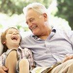 父の日はお父さんへの感謝の気持ちを伝える記念日ですが、今年はおじいちゃんへも感謝を伝える贈り物をしてみてはいかがでしょうか。今回は、「ありがとう」や「いつまでも元気でいてね」の気持ちを込めて贈りたい、いつも家族を優しく見守ってくれているおじいちゃんに喜ばれるプレゼント30選をご紹介します。この記事を参考にして素敵なプレゼントを選んでくださいね。