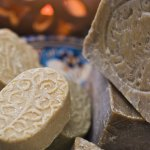 Sabun Arab menjadi salah satu sabun yang sangat direkomendasikan baik untuk pria maupun wanita. Khasiatnya sangat baik untuk kulit karena terbuat dari bahan-bahan alami. Untuk itu, simak ulasan dan rekomendasi sabun Arab terbaik untuk kamu berikut ini.