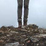 Selain warna biru dan hitam, celana jeans abu-abu juga bisa jadi pilihan jika kamu gemar mengenakan celana jeans. warna ini juga cocok dipadukan dengan warna lain untuk mendapatkan tampilan yang menarik. Ketahui padupadan yang tepat dan rekomendasi produk celana abu-abu yang sesuai!