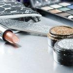 Eyeshadow glitter cocok digunakan untuk kamu yang ingin tampil cantik, dramatis, dan memukau dalam berbagai kesempatan. Dengan trik khusus, eyeshadow glitter bisa digunakan untuk kegiatan harian untuk riasan yang lebih menawan. Yuk, simak beberapa rekomendasi eyeshadow glitter terbaik pilihan BP-Guide!