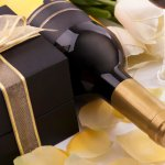 Không chỉ là một thức uống sang trọng, một chai rượu vang ngon tựa như một bản hòa tấu mượt mà của hương thơm, màu sắc và mùi vị, đưa đẩy con người đến những không gian thật êm đềm, thư thái, nơi tình yêu và cảm xúc được thăng hoa. Cũng chính vì vậy mà rượu vang thường xuất hiện trong đám cưới. Bài viết dưới đây sẽ giúp bạn hiểu rõ hơn về ý nghĩa của nghi thức rót rượu vang trong đám cưới và gợi ý 10 thương hiệu rượu vang nên mua làm quà cưới tặng bạn trai thân (năm 2020).