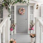 Membuat dekorasi rumah lebih berwarna memang wajib dilakukan. Hal ini selain membuat pandangan mata lebih segar juga memberi kenyamanan ketika berada di rumah. Kamu bisa memulai menghias rumah dari hal kecil, misalnya dengan mempercantik pintu. Ada banyak hiasan pintu yang bisa menginspirasi agar suasana rumah tidak terlihat monoton.