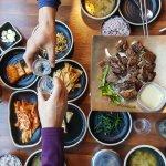 Jangan bilang kamu pecinta Korea kalau nggak punya peralatan makan ala Korea. Setidaknya kamu memiliki sumpit untuk menikmati berbagai hidangan, mulai dari makanan olahan mie hingga makanan ala Korea. Dengan peralatan makan ala Korea kamu bisa merasakan makan ala orang Korea. Dan pastikan kamu juga tahu tradisi makan orang Korea, ya!