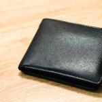 シンプルでスタイリッシュなサンローランのメンズ財布は、流行に左右されず長く使い続けられるのが魅力です。ここでは、サンローランでとくに人気の財布をランキング形式でご紹介します。各シリーズの特徴やおすすめの理由などをたっぷりまとめているので、ぜひ財布探しに役立ててください。上手な選び方や予算もわかる、情報満載の記事は必見です!