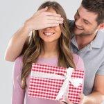 अगर आपकी पत्नी का जन्मदिन निकट है और आप उसके लिए एक सही जन्मदिन का उपहार खरीदने की योजना बना रहे हैं, तो हम आपकी मदद करने के लिए यहाँ हैं।हम आपके लिए 10 खूबसूरत उपहार विकल्पों की एक सूची लाए हैं, जिन्हें आप इस दिन अपनी पत्नी को दे सकते हैं। उपहार प्राप्त करने के बाद वह बहुत खुश होगी और अपने पूरे जीवन के लिए उस उपहार को याद रखेगी।हमने आपको कुछ मुखबिर और सुझाव भी दिए हैं जो आपके काम को आसान बनाएंगे। जानने के लिए और पढ़ें।