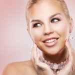 Perhiasan adalah item fashion yang tak bisa ditinggalkan wanita karena bisa membuat penampilan makin cantik dan elegan. Kalau kamu ingin mengenakan perhiasan yang menawan dan tak menguras kantong, kamu bisa simak tips dan rekomendasi BP-Guide berikut!