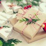 女友達へのクリスマスプレゼントは、より美しくなれるファッションや美容アイテムが人気です。そこで今回は、予算3,000円で女性が喜ぶ【2019年最新】のクリスマスプレゼントをお伝えします。冬に活躍するマフラーやニット帽、保湿に優れたボディミルクなど、人気のアイテムを多数ご紹介しますので、プレゼント選びに役立ててください。