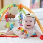 Ada banyak cara menstimulasi motorik si kecil. Salah satunya dengan memberikan mainan gantung. Mainan gantung ini bisa melatih koordinasi mata, tangan, sekaligus mengasah kemampuan motorik. Untuk itu, lihat rekomendasi mainan gantung untuk bayi yang tepat untuk si kecil.