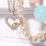 まるでダイヤのような輝きでありながら、手頃な価格でその煌めきが手に入るスワロフスキーのネックレスは、女性へのプレゼントとして多く選ばれています。今回は、2019年最新情報をもとに、スワロフスキーネックレスの価格や特徴、人気の理由を詳しくお届けします。