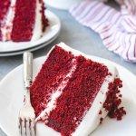क्या आपने बस लाल मखमल केक का एक टुकड़ा खाया!  यह निश्चित रूप से एक सुखद अनुभूति रही होगी पारंपरिक लाल मखमल केक से लेकर फ्यूजन लाल मखमल केक तक, यह मिठाई हमेशा स्वाद में सबसे आगे रही है । तो, उन सभी भावुक केक बेकर्स और प्रेमियों के लिए, यहां आसान लाल मखमल केक के नुस्खे दिए गए है ।