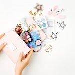Membeli dan menggunakan kosmetik tak boleh sembarangan, ada aturan sendiri agar kosmetik yang dibeli aman dan memuaskan. Yuk, simak 10 tips membeli kosmetik aman berikut ini!