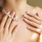 女性の胸元を美しく飾り立てるダイヤラインネックレスは、幅広い年代の方から人気があります。そこで今回は、「2019年最新情報」として、デザインの異なる人気のラインネックレスをご紹介します。ぜひプレゼント選びの参考にしてください。