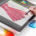 Semakin berkembangnya teknologi, penggunaan kertas, kanvas, hingga kuas dalam membuat desain gambar mulai beralih pada perangkat digital, yaitu tablet grafis. Tablet grafis kini menjadi benda penting yang harus dimiliki oleh para desainer dan seniman masa kini. Menyajikan kemudahan dalam menggambar dan menyimpan karya, tablet grafis secara cepat diterima dalam dunia seni desain. Berikut adalah 10 rekomendasi tablet grafis terbaik untuk pemula dan profesional ala BP-Guide.