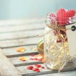 バレンタインデーには、定番のチョコレートに加えてメッセージを添えるのがおすすめです。今回は、お父さんや旦那さんなど、家族に贈るバレンタインデーのメッセージの書き方や、具体的な文例をご紹介します。ポイントをチェックしながら、気持ちのこもったメッセージを贈る参考にしてみてくださいね。