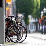 Tidak semua olahraga membutuhkan biaya yang mahal. Salah satu olahraga yang murah ialah bersepeda. Saat ini juga sudah ada berbagai sepeda yang praktis tetapi tetap nyaman digunakan, seperti sepeda lipat. Bagi kamu yang suka menjelajah tempat-tempat lain yang jauh dari rumah, bisa memanfaatkan sepeda lipat. Penyimpanannya lebih mudah dan bisa dibawa kemana saja.
