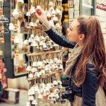 Berjalan-jalan ke luar negeri tentu jadi kegiatan yang menyenangkan. Jangan biarkan kenangan di luar negeri lenyap begitu saja. Kamu wajib membeli suvenir luar negeri yang bisa mengingatkanmu akan pengalaman berada di suatu negara. Cek rekomendasi kami ya.