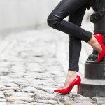 ブランド靴はデザインが洗練されているだけでなく履き心地も良く、コーディネートをより素敵に仕上げるアイテムとして多くの女性に愛されています。そこで今回は、彼女へのクリスマスプレゼントに人気のブランド靴を、2020年最新ランキングでご紹介します。履くだけで思わず気分が高揚するような1足を、ぜひプレゼントに選んでください。