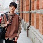 Gaya fashion dari Korea Selatan belakangan memang mencuri perhatian. Bukan hanya gaya fashion wanita saja, namun gaya fashion pria juga tidak kalah keren. Kamu bisa kok tampil modis bak pria Korea, intip rekomendasi dari kami segera yuk!