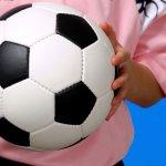 Futsal yang identik sebagai olahraga para laki-laki memang jarang menggunakan warna-warna feminin. Tapi jangan salah, baju futsal warna pink juga tetap menarik dipakai para laki-laki untuk untuk berolahraga.