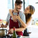 料理好きの男性が増えてきている昨今、男性へのプレゼントとして人気急上昇のアイテム「エプロン」ですが、どのようなエプロンを選べばよいのか?予算相場は?人気のブランドは?と疑問を持っている方も多いと思います。そこで、そのような疑問に応えるべく、徹底調査した結果をここではご紹介します。合わせて彼氏や旦那の誕生日プレゼントに人気のエプロンブランドを【2018年度版】ランキング形式でご紹介させていただきますので、是非参にしていただければ幸いです。
