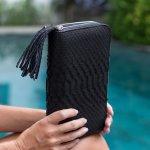 グッチはイタリアのフィレンツェにて始まった老舗ブランドで、専門分野の革製品では特に高い評価を得ています。  中でも実用性のある高品質の財布は、日本の女性からも熱烈に支持され、「財布ならグッチ」とも言われている程です。長財布から二つ折り財布まで、多彩なデザインやカラーから選べ、おしゃれな女性へのプレゼントとして選ばれ続けています。  今回はそんなグッチのレディース財布から12の厳選アイテムを、人気の理由を含めて詳しくご紹介します。相手に喜ばれる財布の選び方や予算やアイテムごとの相場の情報も、ぜひ参考にしてください。