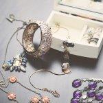 Penggemar perhiasan cantik harus baca artikel ini sampai tuntas. Pasalnya, BP-Guide akan memberikan referensi mengenai perhiasan yang elegan namun terjangkau untuk kamu. Dengan harganya yang terbilang murah, tak membuat aksesori ini terlihat murahan, lho. Kamu perlu menjadikan perhiasan ini sebagai pelengkap koleksimu.