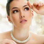 Perhiasan dipercaya menjadi salah satu fashion item yang bisa menyempurnakan penampilan wanita. Ragam bahan dan bentuk yang beredar di pasaran seolah tiada henti dalam memuaskan keinginan wanita pecinta perhiasan. Berikut gelang kalung yang saat ini jadi tren buat Anda!