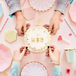 女子高校生への誕生日プレゼントは、なにを贈れば喜んでもらえるのか頭を悩ませてしまいますよね。今回は、女子高校生がもらって嬉しい誕生日プレゼントを一挙ご紹介します。学校で使ってもらえるアイテムから忙しい毎日の疲れを癒すアイテムまで厳選したので、ぜひ女子高校生への誕生日プレゼント選びの参考にしてくださいね。