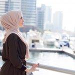 Memakai hijab bukan berarti duniamu menjadi sempit loh. Banyak hal yang bisa dilakukan dengan pakaian muslimah ini, salah satunya termasuk travelling! Sekilas membayangkan sepertinya travelling dengan hijab terdengar merepotkan namun kamu bisa menyiasati hijab yang kamu gunakan dengan tips gaya hijab traveler dalam artikel ini.