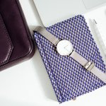 ビジネスシーンで時間を確認する際には、スマホよりも腕時計の方がスマートに見えます。今回は女性へのプレゼントにおすすめの、ビジネスシーンで使える腕時計の2021年最新情報をご紹介します。プチプラで買えるものから人気のブランドのものまで、様々なアイテムを集めましたので、プレゼントを選ぶ際の参考にしてください。