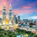 Bermimpi berjalan-jalan ke luar negeri? Jika iya, maka mulailah dari negara terdekat dulu, Malaysia misalnya! Di negara tetangga ini ada banyak destinasi menarik yang bisa kamu kunjungi. Penasaran? Lihat dulu ulasannya di artikel satu ini.