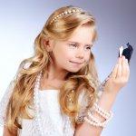 Memiliki anak perempuan tentunya menjadi keseruan tersendiri bagi orang tua, khususnya para ibu. Anak perempuan dapat didandani dengan aksesori lucu untuk mempercantik penampilannya. Aksesori yang disematkan pada si anak biasanya berupa kalung, cincin, gelang, maupun anting. Seperti apa perhiasan yang cocok bagi sang buah hati Anda? Berikut BP Guide berikan rekomendasinya.