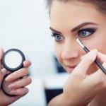 Tampil dengan riasan mata yang cantik sering dilakukan oleh perempuan. Percaya atau tidak, dengan riasan mata yang cantik, wajah Anda akan meningkat kecantikannya. Ingin tampil memukau dengan riasan mata yang cantik? Simak tips dan rekomendasi produk berikut ini.