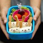 Bento atau kotak makan siang sejatinya berasal dari Jepang, tapi kini sudah merambah ke Indonesia. Manfaat membawa bento ternyata membuatnya juga jadi populer di Indonesia. Tertarik mencoba membiasakan diri membawa bekal dengan kotak bento? Mari disimak penuturan BP-Guide di artikel ini.